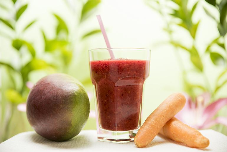 Smoothie fruta y vegetales natural vegano y sin gluten Mango, remolacha y zanahoria. Zaragoza
