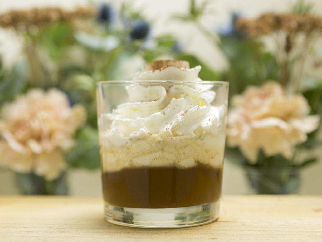 Cafe con licor en Mi HABITACION favorita. Café Affogato con Baileys, helado de vainilla y nata Zaragoza.