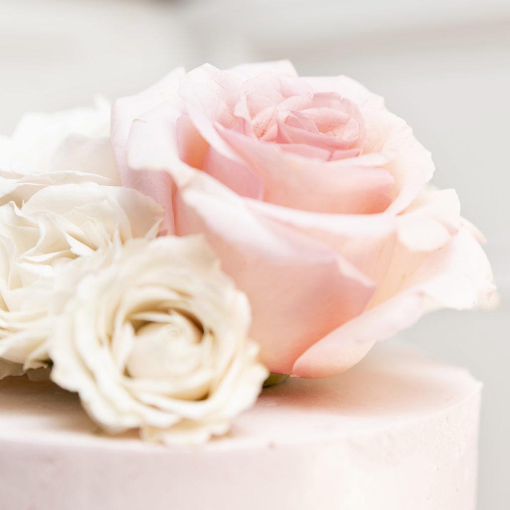 Tarta de fresa 2 pisos con rosas