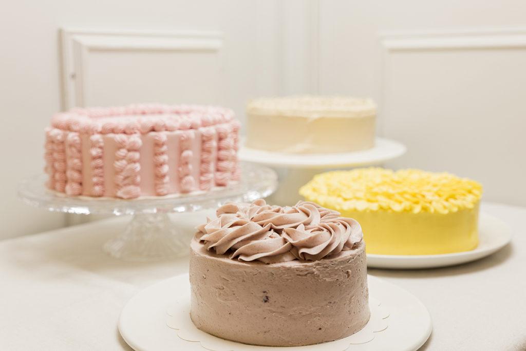 Mesa de tartas enteras sabores primaverales para Bodas, Bautizos, Comuniones, Aniversarios y Cumpleaños.