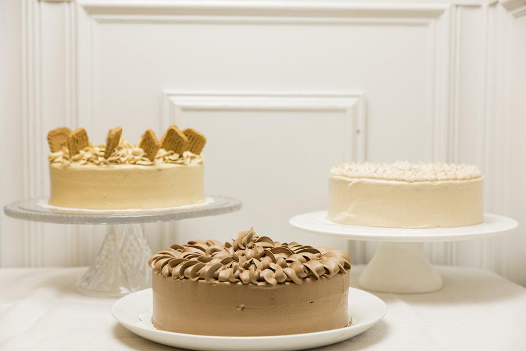 Mesa de tartas enteras sabores amantes del chocolate para Bodas, Bautizos, Comuniones, Aniversarios y Cumpleaños.