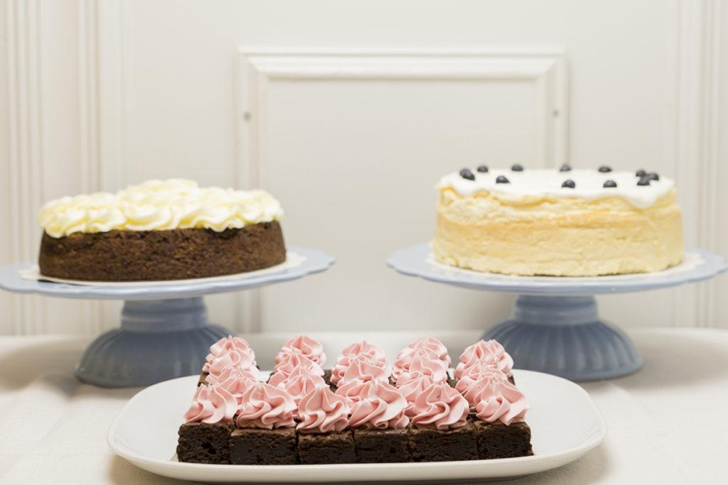 Mesa de tartas enteras y porciones Sin Gluten para Bodas, Bautizos, Comuniones, Aniversarios y Cumpleaños.