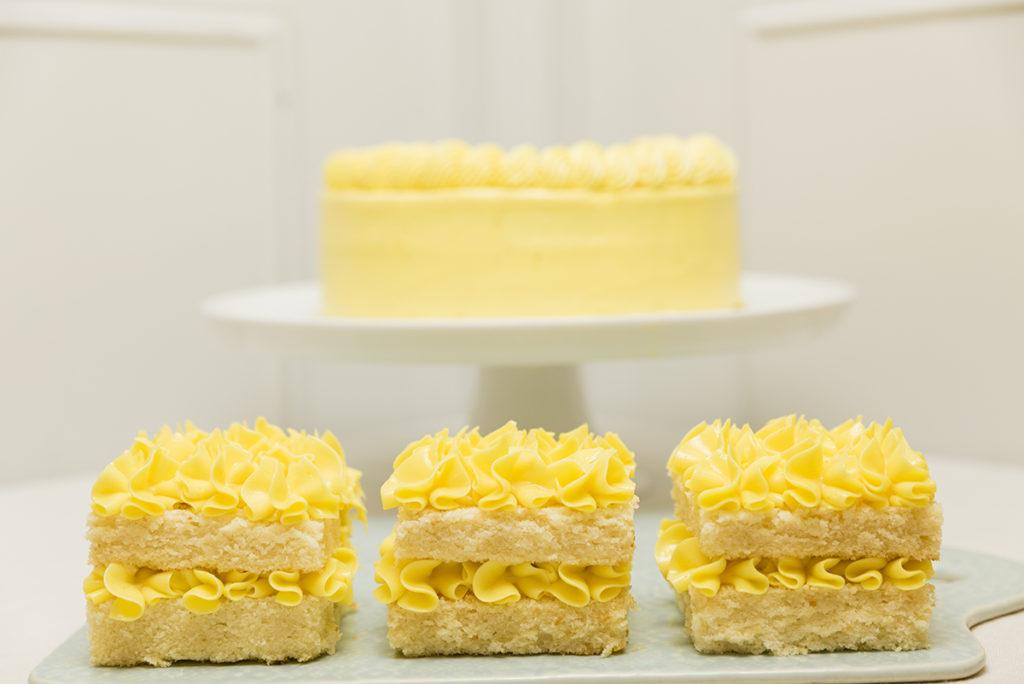 Mesa de tartas enteras y porciones de tu sabor favorito para Bodas, Bautizos, Comuniones, Aniversarios y Cumpleaños.