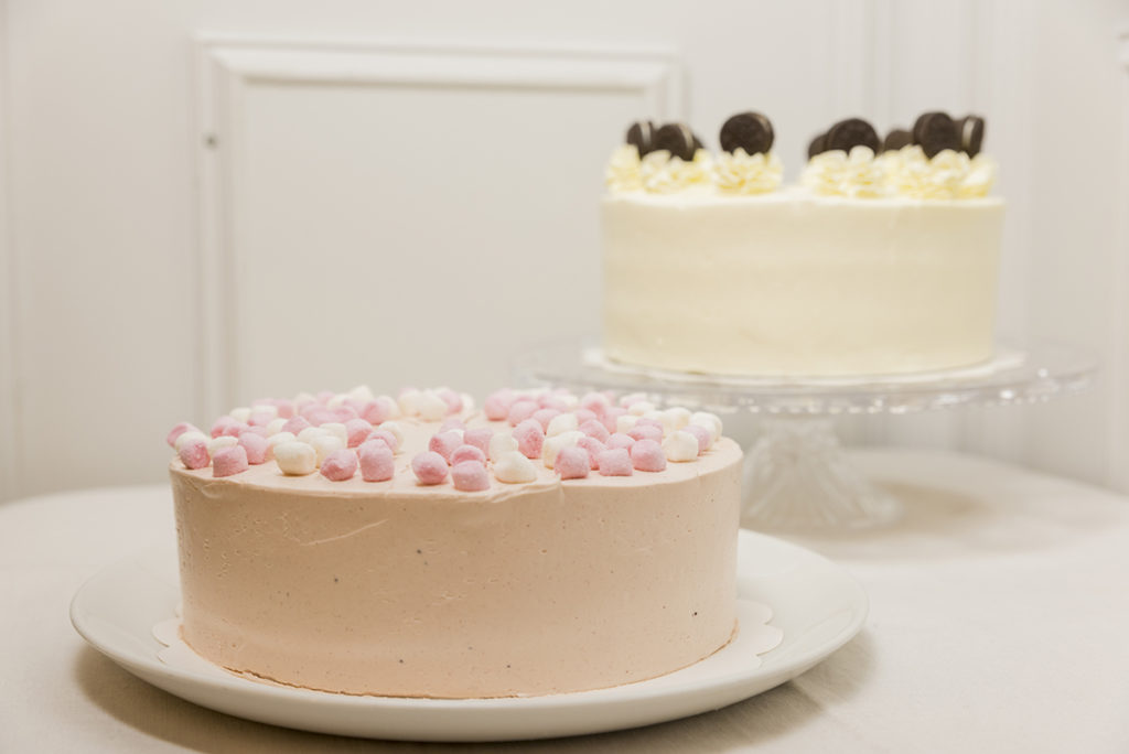 Mesa de tartas enteras sabores para los más pequeños para Bodas, Bautizos, Comuniones, Aniversarios y Cumpleaños.