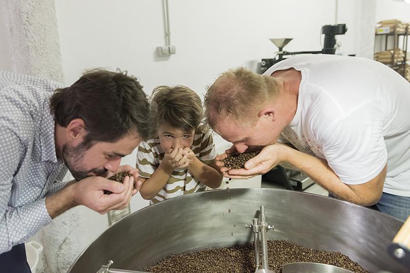 Café sabor es más dulce y frutal, aroma es también mucho más intenso. café más delicado