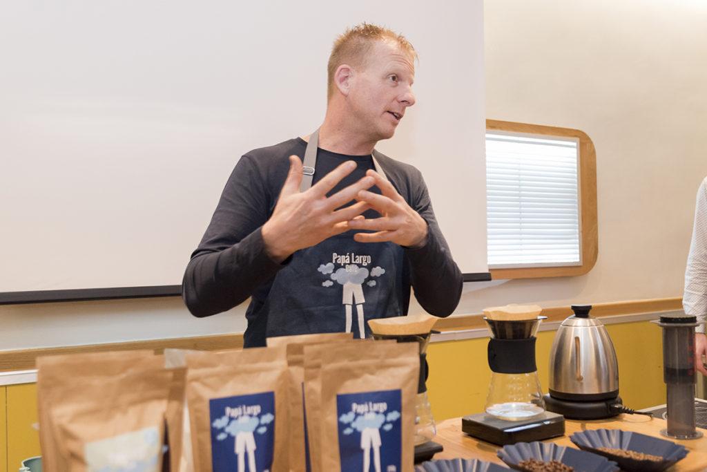 Guido explicando Café de Especialidad Zaragoza Mi HABITACIÓN favorita