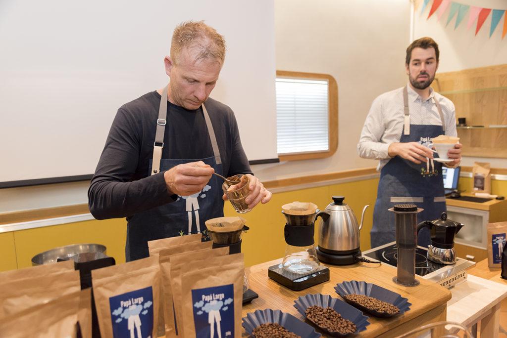 Café de Especialidad preparación filtro en cafetera V60