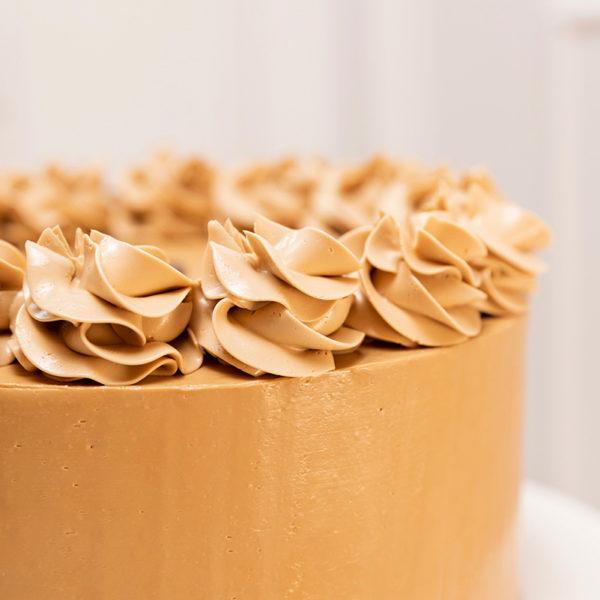 Detalle de tarta decorada con manga pastelera