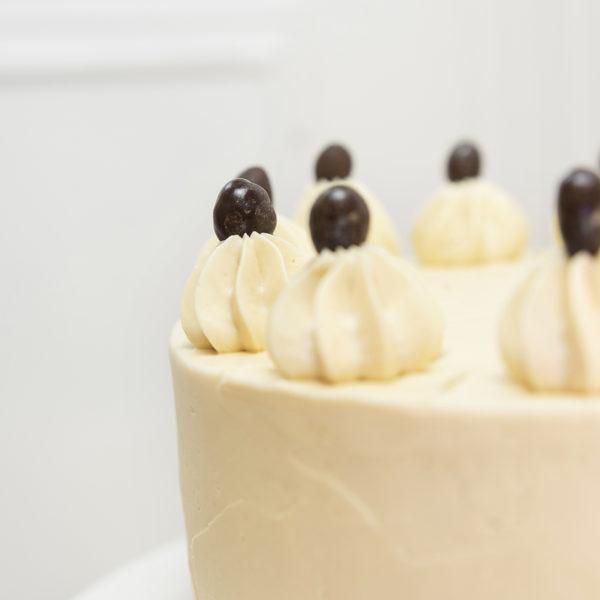 Tarta chocolate y cacahuete decoración conguitos