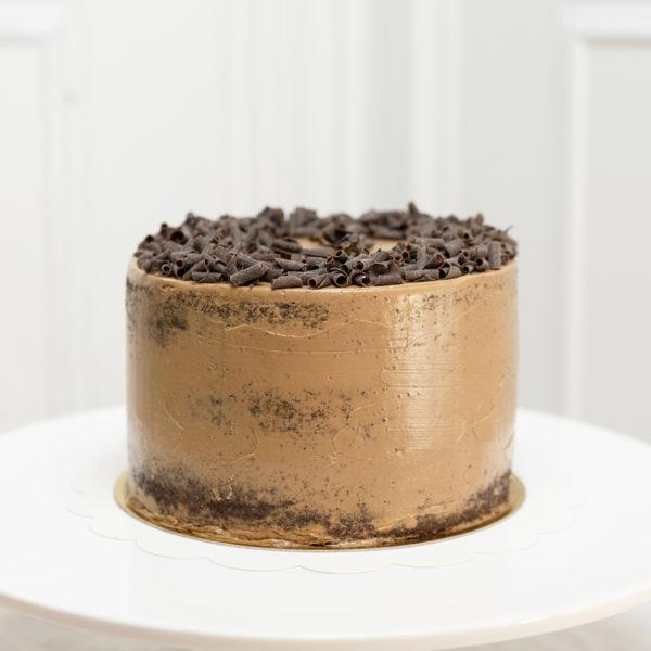 Bizcocho de chocolate rellano de buttercream de chocolate.