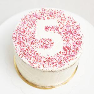 Tarta Cumpleaños decoración personalizada número con sprinkels.