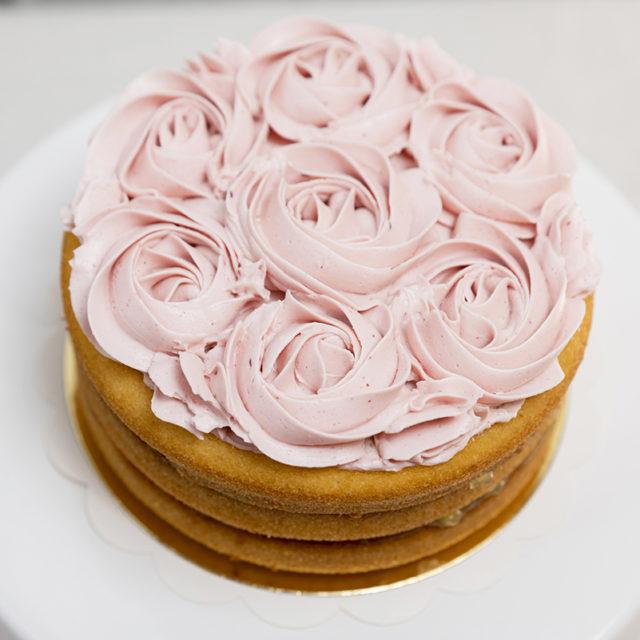 Tarta decorada con flores sin gluten