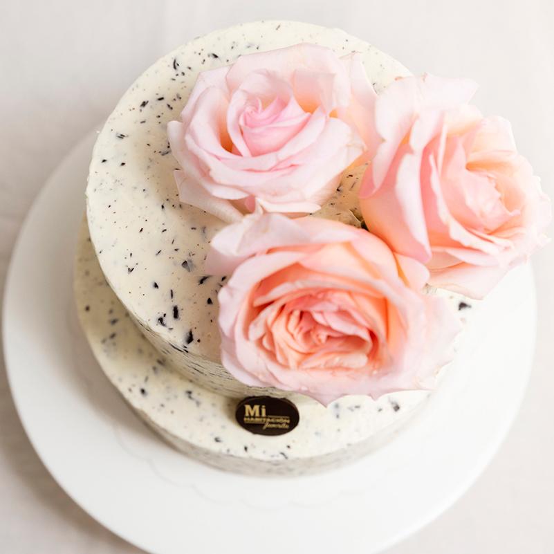 Tarta de Stracciatella Sin Gluten para Bodas, bautizos y Comuniones decorada con flores