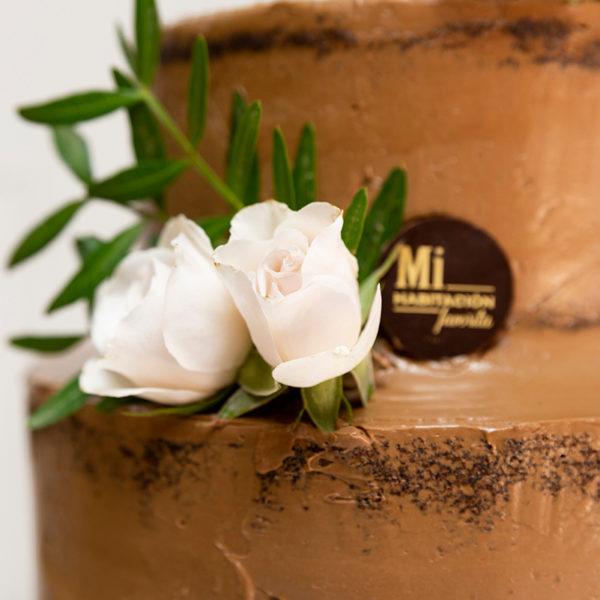 decoración chocolate y rositas blancas