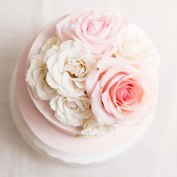 Tarta decorada con rosas blancas y rosas
