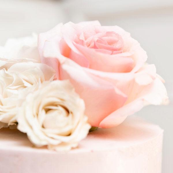 Tarta rosa con rosas rosas