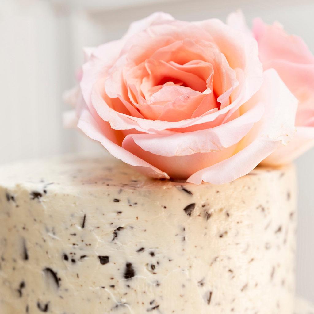 Tarta con rosas rosas