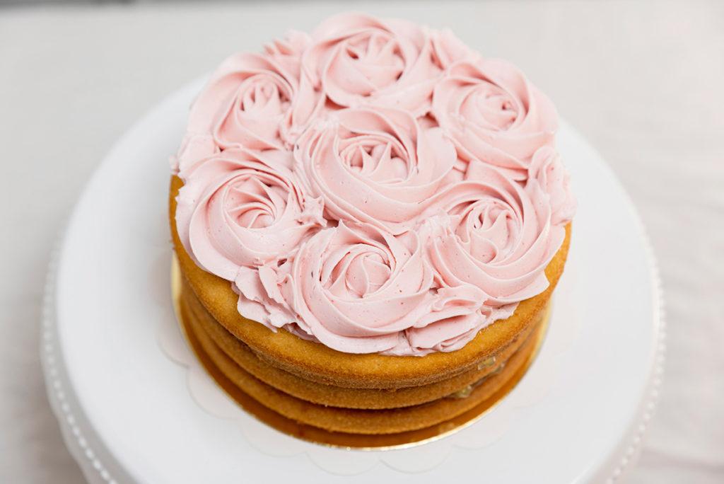 Tarta sin gluten frambuesa y limón con flores