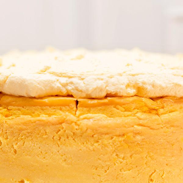 Tarta de queso de mango sin gluten crema de chantilly