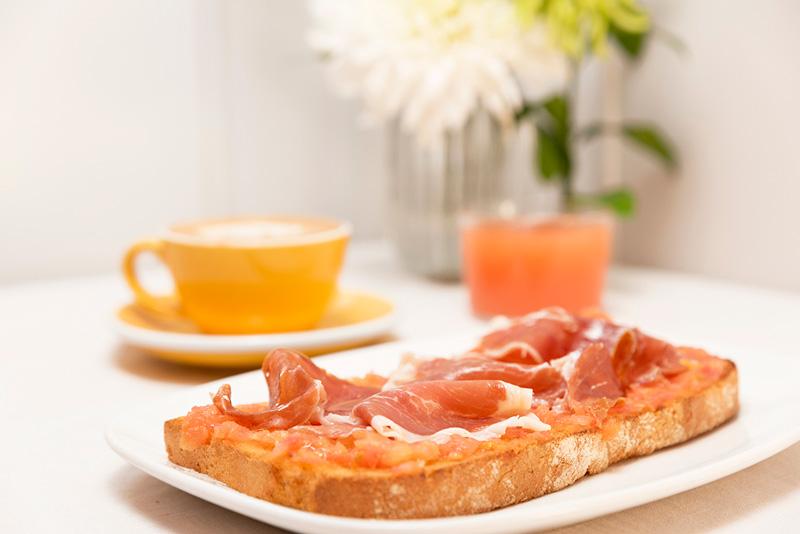 Menu serrano para desayunar en el centro de Zaragoza. Tosatada con jamón, café y zumo.