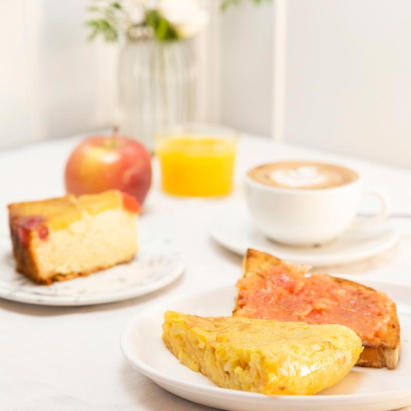 Desayunos olímpico con fruta, bizcocho, zumo, café