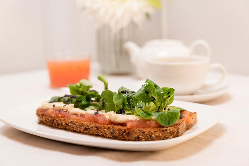 Desayuno tostada vegetariana con humus