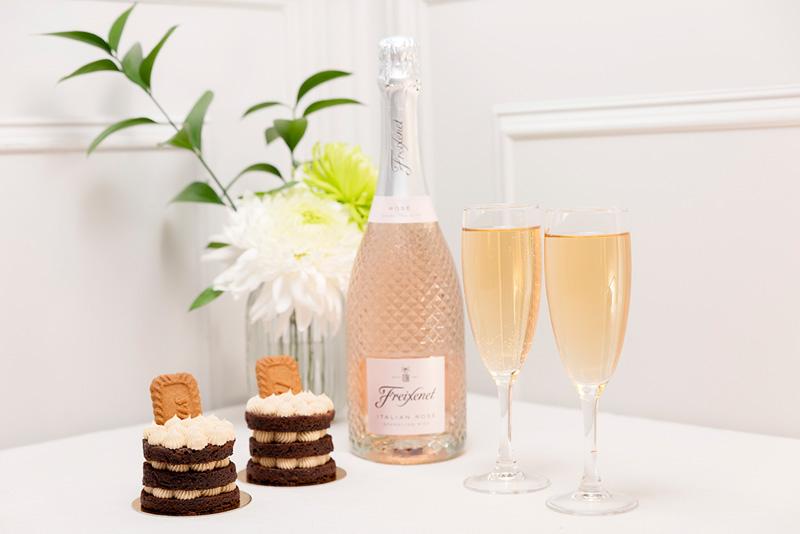 Postre para una cena especial pastel chocolate y galleta y espumoso italian rose