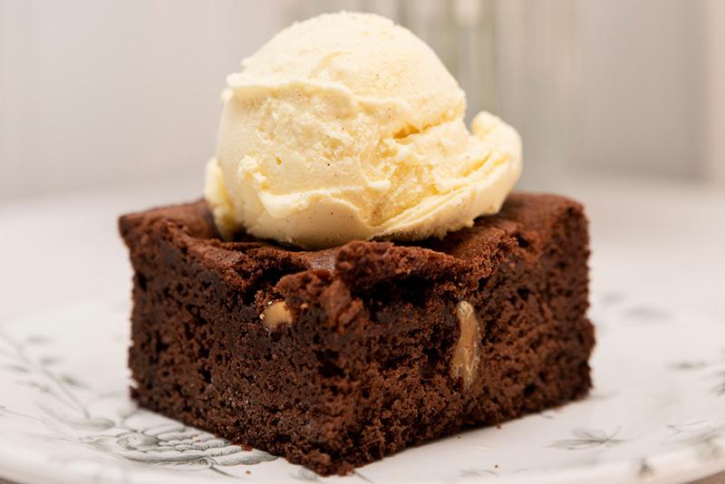 Postres Sin Gluten para Triunfar brownie de chocolate con helado de vainilla