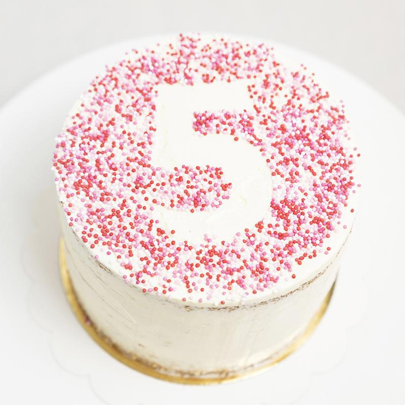 Tarta de cumpleaños infantil personalizada de vainilla y fresa